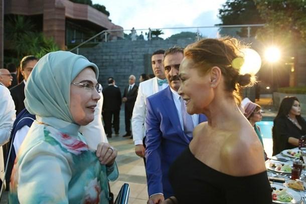 Habertürk yazarı Avşar kızına destek attı: Hülya Avşar'ın dekoltesi sizi niye gerdi?