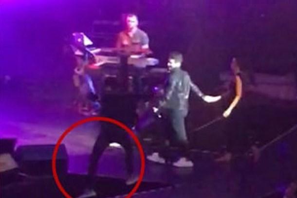 Kenan Doğulu konser sırasında sahneden düştü! İşte o anlar...