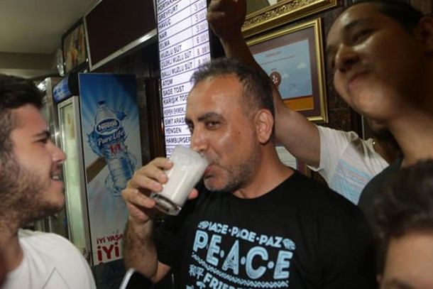 Haluk Levent'ten Adanalı takipçisine muzlu süt jesti!