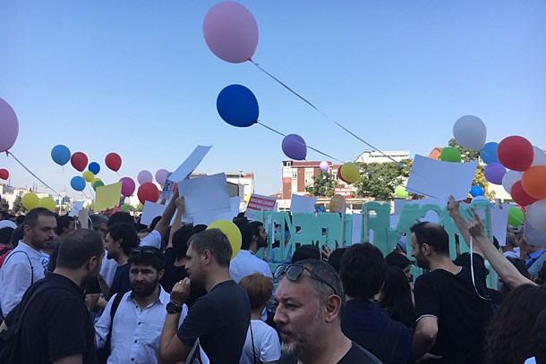 Cumhuriyet davası öncesi balonlu protesto!