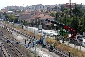 GÜNCELLEME 2 - Kocaeli'de YHT hattına iş makinesi devrildi
