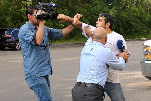FETÖ'cü iş adamının müdürü AA ekibine odunla saldırdı!