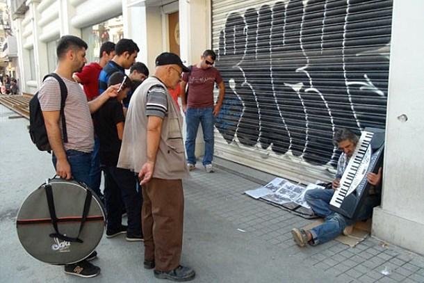 Yeşilçam'ın emektarı, Beyoğlu sokaklarında yaşam savaşı veriyor!