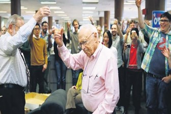 98 yaşındaki gazeteciden 80 yıllık meslek hayatına son nokta!