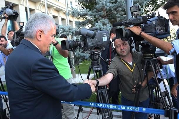 Başbakan'dan gazetecilere: Bakanlar Kurulu da YAŞ da bitti; siz de biraz tatil yapın!