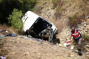 GÜNCELLEME - Antalya'da tur midibüsü uçuruma yuvarlandı: 4 ölü, 27 yaralı