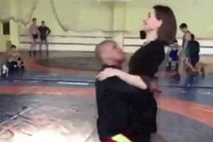 Kadın muhabire salto atan güreşçi