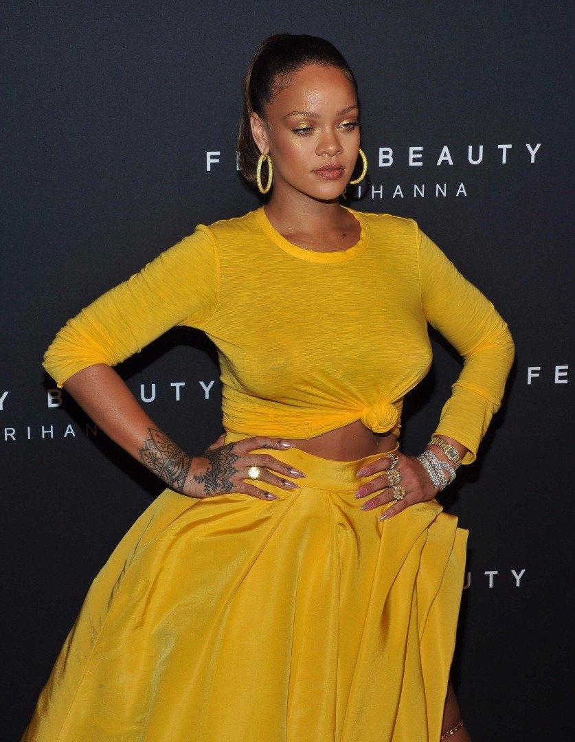 Rihanna bu sefer göğüsleriyle gündem oldu