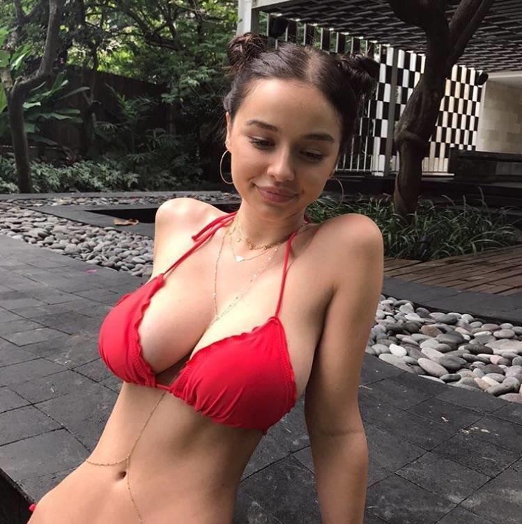 Seksi model kırmızı bikinisiyle nefes kesti