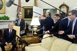 Trump, CNN muhabirini Oval Ofis'ten kovdu: Dışarı!