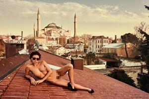 Gittiği her ülkede tutuklandı! Ünlü manken Türkiye'yi çırılçıplak dolaştı