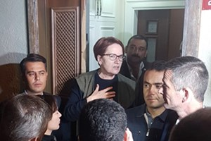 Akşener olayların ardından evinin kapısına çıktı!