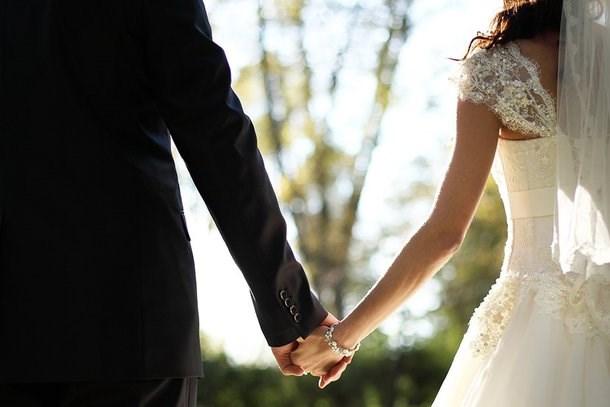 Aşkı uğruna ana haber spikerliğini bırakmıştı! Ünlü sunucu evleniyor!