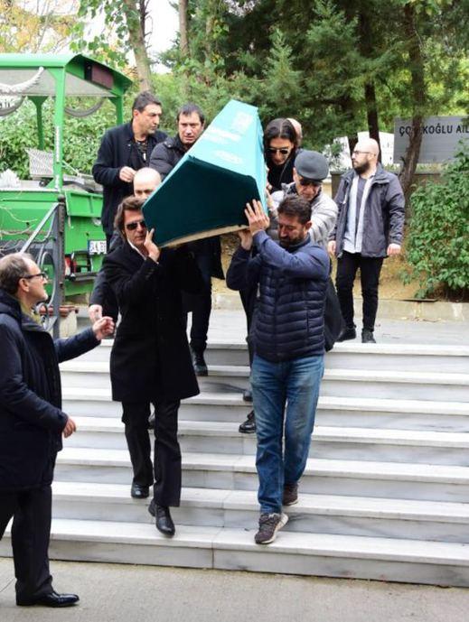 Babasını kaybeden Mehmet Günsür'ü dostları yalnız bırakmadı