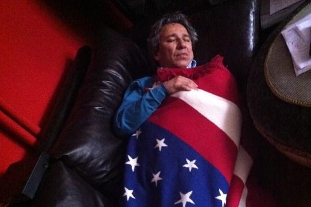 Amerikan bayrağına niçin sarıldı? Can Dündar o fotoğrafın hikayesini anlattı!