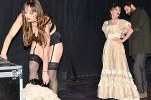 Güzel oyuncu sahnede iç çamaşırlarıyla kaldı!