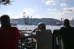 Petrol platformu taşıyan gemi İstanbul Boğazı'ndan geçti