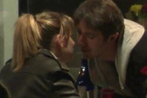 Yeni aşkıyla dudak dudağa yakalandı! Öpmeye doyamadı