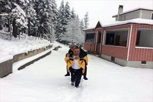 Şehit babasını sırtında taşıyan sağlık personeli altınla ödüllendirildi