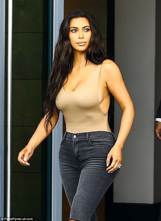 Kim Kardashian çıplak yemek yedi