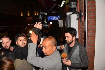 Ünlü şarkıcının yardımcıları gazetecilere saldırdı!