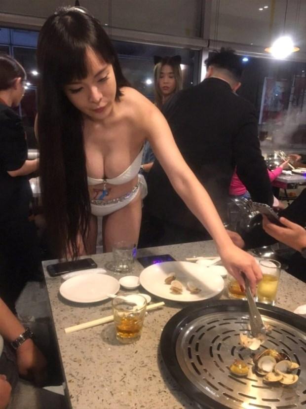Lokantanın bikinili garsonları