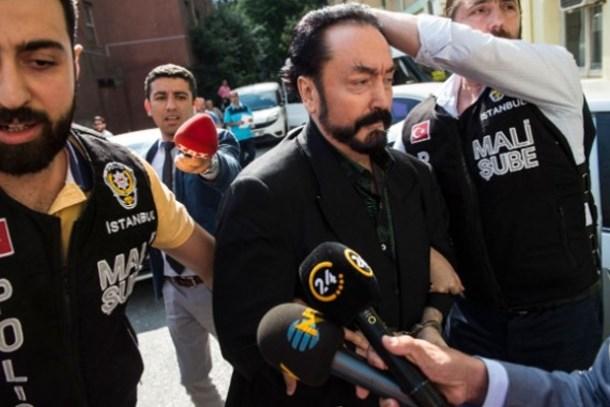 Sağlık kontrolüne götürüldü! Adnan Oktar, gazetecilere eliyle mesaj verdi!