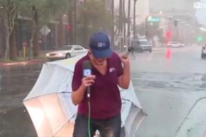 Haber sunmaya çalışırken perişan olan muhabir