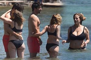 Halk plajında aşk tazelediler! Ünlü çift suda sarmaş dolaş!