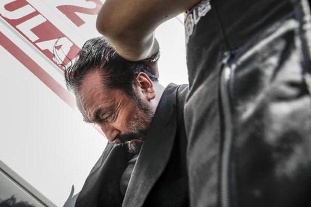 Ahmet Hakan bu sorunun yanıtını buldu: Polisler Adnan Oktar'ın kafasına neden bastırıyorlar?