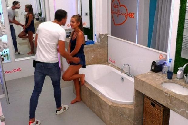 Aşk adasının ateşli çifti kameralara aldırmadı, banyoda ilişkiye girdi!