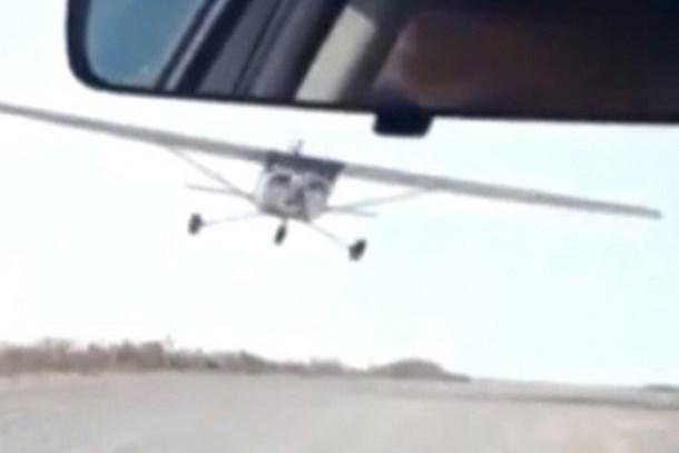 Habere giderken haber oldular! İçinde gazetecilerin bulunduğu araca, uçak çarptı!