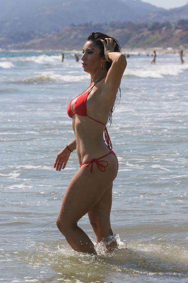 Ünlü oyuncu, plajda kıvrımlarını sergiledi