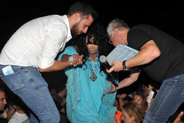 Bülent Ersoy'un zor anları! Elbisesi paramparça oldu!