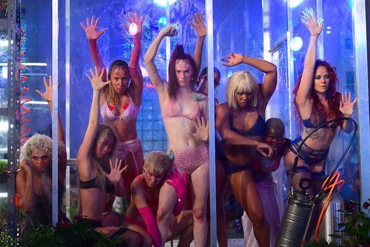 Rihanna'dan cesur iç çamaşırı defilesi! Podyumu salladılar