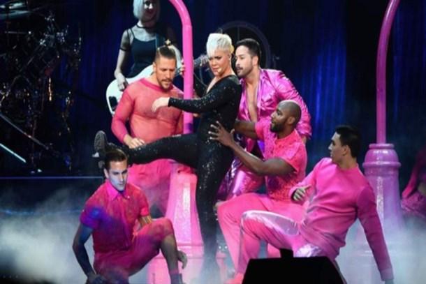 Reuters dünyaya duyurdu: RTÜK'ten Pink'in klibine 'homoseksüel' cezası!